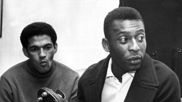 1958 год. Легенды футбола Пеле иГарринча (слева). Фото AFP