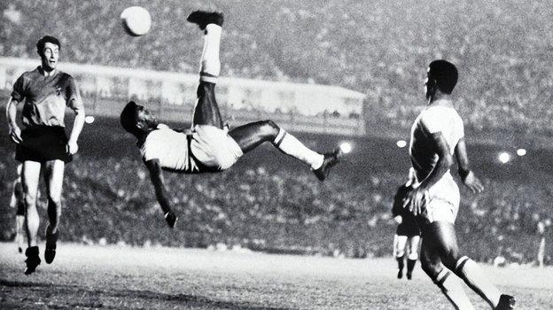 1965 года. Рио-де-Жанейро. Удар через себя Пеле настадионе «Маракана». Фото AFP