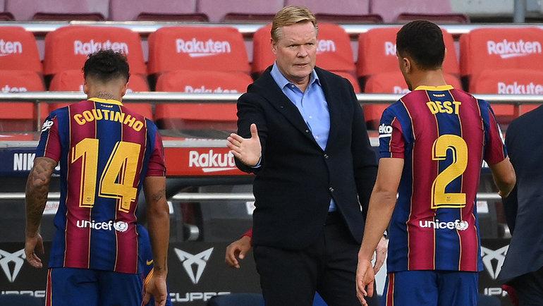 24октября. Барселона. «Барселона»— «Реал»— 1:3. Филипе Коутинью (слева), Роналд Куман иСерджино Дест. Фото Reuters