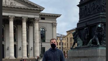 Кирилл Комбаров, судя пофото, перенес операцию наколене