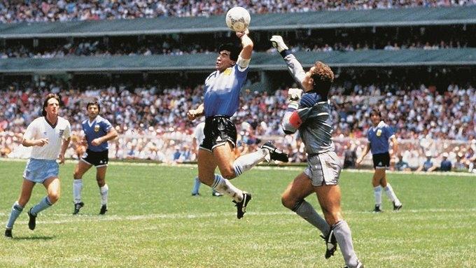 Марадона забивает рукой в ворота Англии.