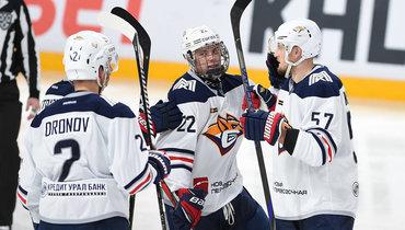 Данила Юров (вцентре) празднует свою первую шайбу вКХЛ.