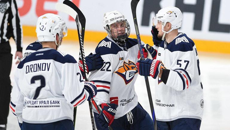 Данила Юров (вцентре) празднует свою первую шайбу вКХЛ. Фото ХК «Северсталь»