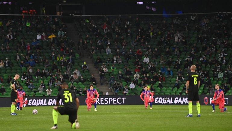 Некоторые футболисты «Краснодара» отказались вставать наодно колено вматче Лиги чемпионов против «Челси». Фото Futebol noMundo