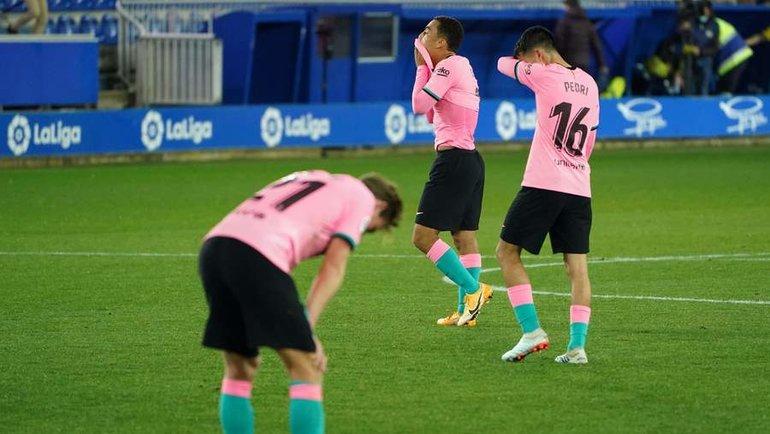 31октября. Витория. «Алавес»— «Барселона»— 1:1. Раздосадованные футболисты «Барселоны». Фото AFP
