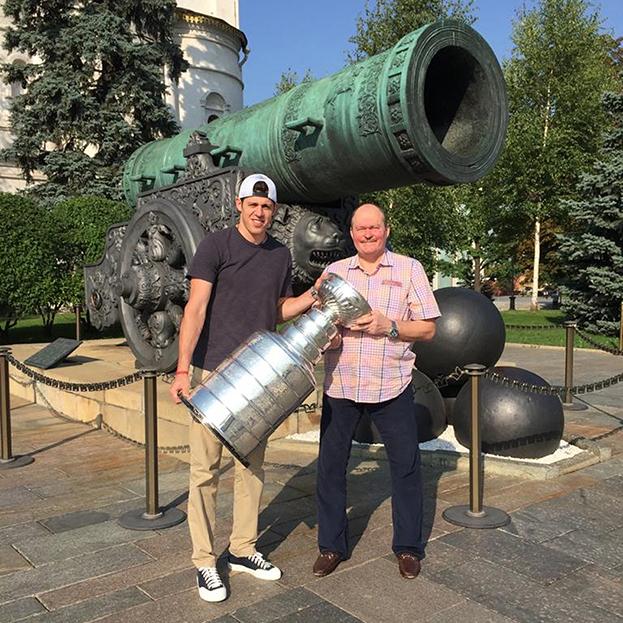 Геннадий Ушаков и Евгений Малкин с Кубком Стэнли. Фото из архива Геннадия Ушакова