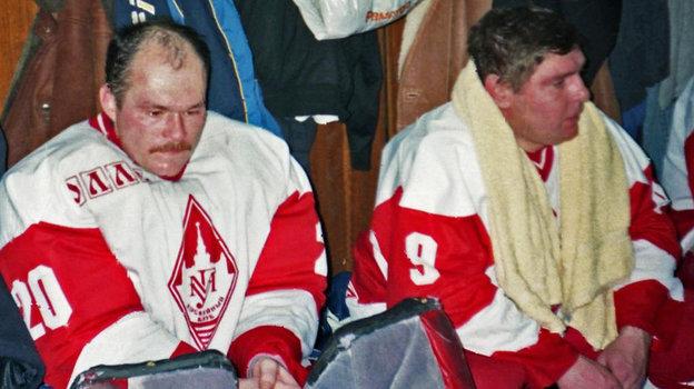 Геннадий Ушаков и Владимир Крутов в матче ветеранов хоккейной команды. Фото из архива Геннадия Ушакова