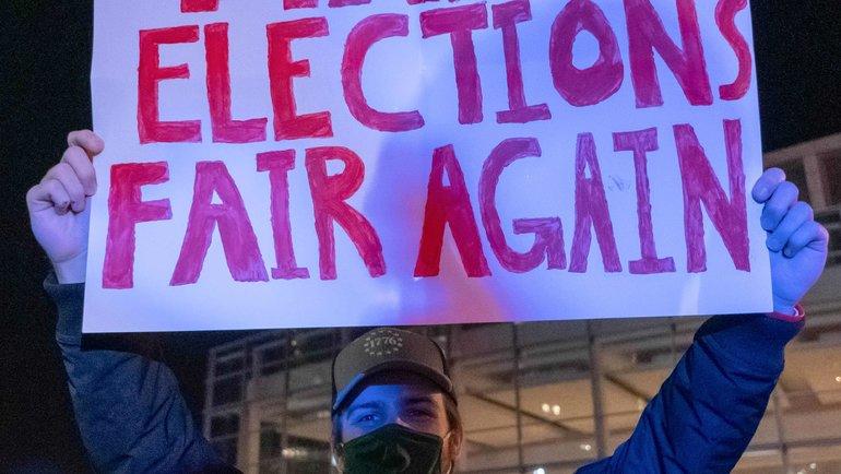 «Сделайте выборы честными снова»— отсыл кслогану Дональда Трампа овозвращении величия Америки. Фото AFP