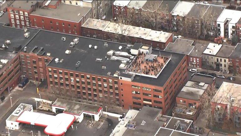 Люди накрыше офиса Ubisoft. Фото Twitter