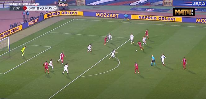 Радоньич готовится забить первый гол в матче Лиги наций Сербия — Россия (5:0).4