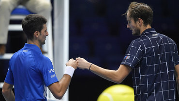 18ноября. Лондон. Даниил Медведев (справа) победил Новака Джоковича.