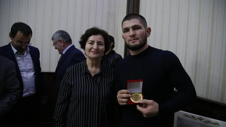 Хабиб Нурмагомедов сподаренной медалью. Фото Пресс-служба администрации Дербента
