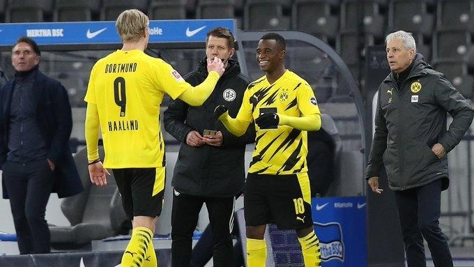Юссуфа Мукоко меняет Эрлина Холанна всвоем дебютном матче вбундеслиге. Фото «Боруссия» Дортмунд
