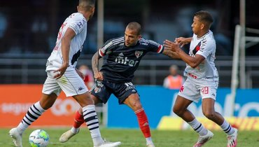 Вратарь-дебютант остановил «Сан-Паулу». Команда Дани Алвеса недогнала лидеров