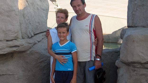 2004 год. Даниил Медведев с родителями. Фото из личного архива семьи Медведевых