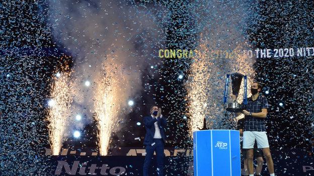 22ноября. Лондон. 22ноября. Лондон. Даниил Медведев нацеремонии награждения. Фото AFP