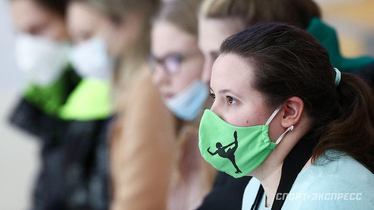 Фирменные маски болельщиц. Фото Дарья Исаева, «СЭ» / Canon EOS-1D X Mark II