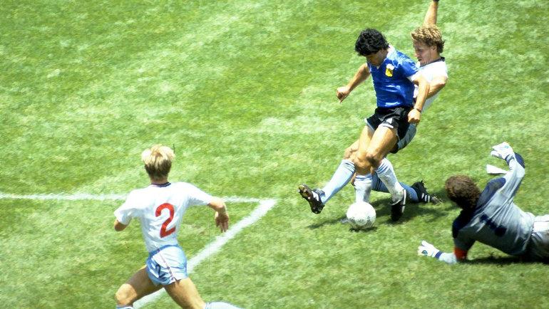 1986 год. Чемпионат мира. Аргентина— Англия— 2:1. Диего Марадона забивает гол вворота соперника. Фото Reuters