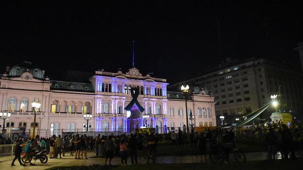 Президентский дворец «Каса Росада» в Буэнос-Айресе, Аргентина. Здесь будет проходить прощание с Марадоной. Фото Reuters