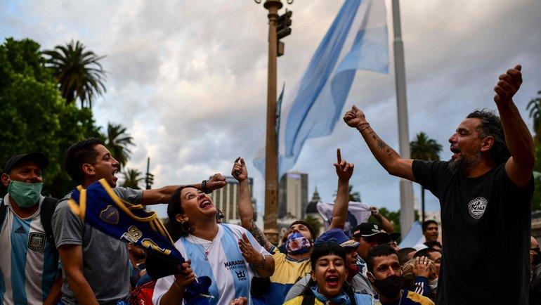 Фанаты навходе впрезидентский дворец «Каса Росада» вБуэнос-Айресе, Аргентина. Фото AFP