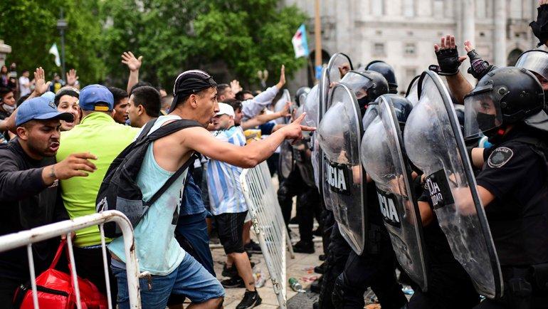 Стычки болельщиков сполицейскими вовремя церемонии прощания сДиего Марадоной. Фото AFP