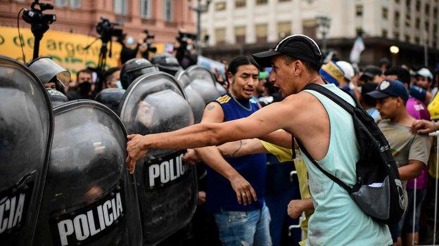 Столкновения фанатов с полицией перед церемонией прощания с Марадоной на входе в президентский дворец «Каса Росада» в Буэнос-Айресе, Аргентина. Фото AFP