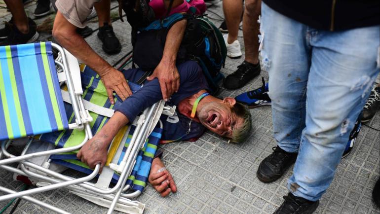 Один изпострадавших фанатов нацеремонии прощания сМарадоной. Фото AFP