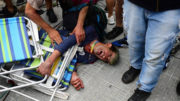 Один из пострадавших фанатов на церемонии прощания с Марадоной. Фото AFP