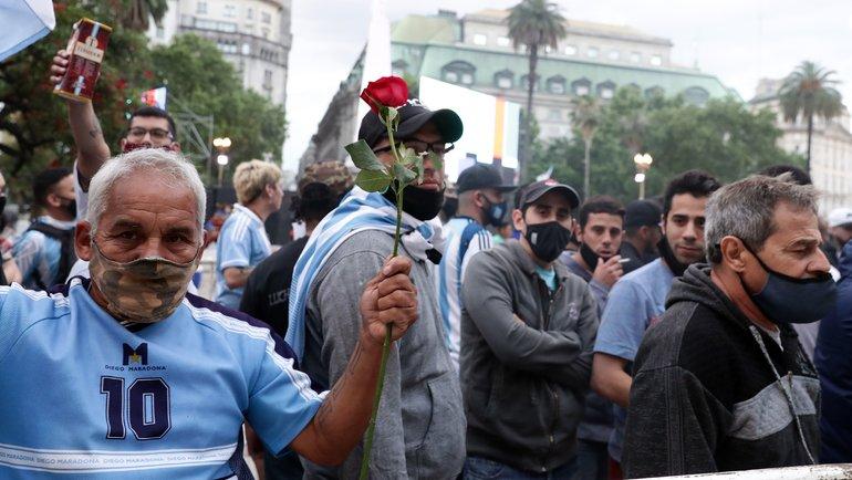 Фанаты несут цветы напрощание сМарадоной. Фото AFP