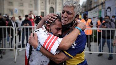 Болельщики «Ривер Плейт» и «Бока Хуниорс» вместе оплакивают Марадону