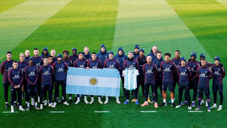 Игроки «ПСЖ» почтили память Марадоны. Фото ФК «ПСЖ»