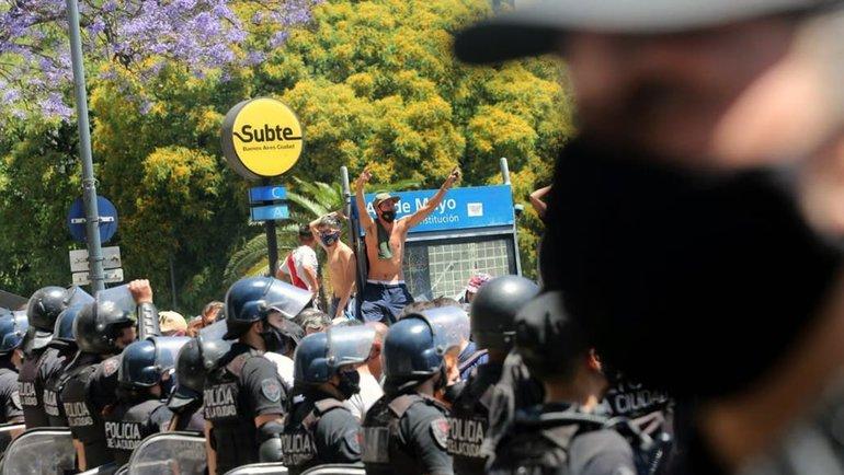 Полиция наулицах Буэнос-Айрес. Фото LaNacion.