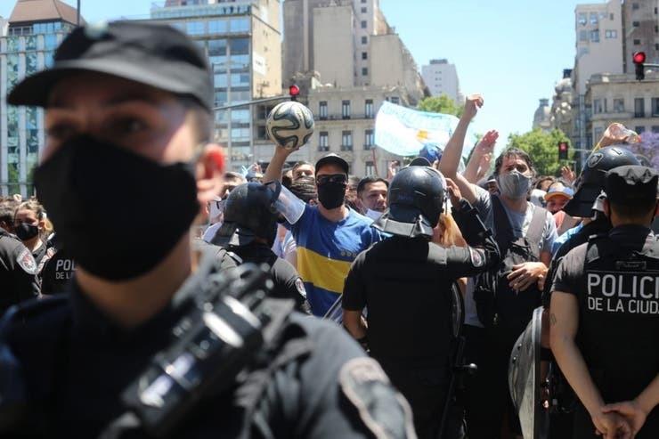 Очередь на прощание с Диего Марадоной. Фото La Nacion.
