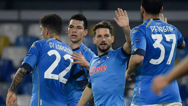 26ноября. Неаполь. «Наполи»— «Риека»— 2:0. Игроки «Наполи» поздравляют Ирвинга Лосано сголом. Фото AFP