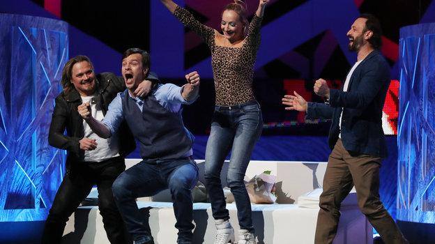 Оксана Домнина иВольфганг Черни делятся радостью сИльей Авербухом после выступления. Фото Александр Федоров, «СЭ» / Canon EOS-1D X Mark II