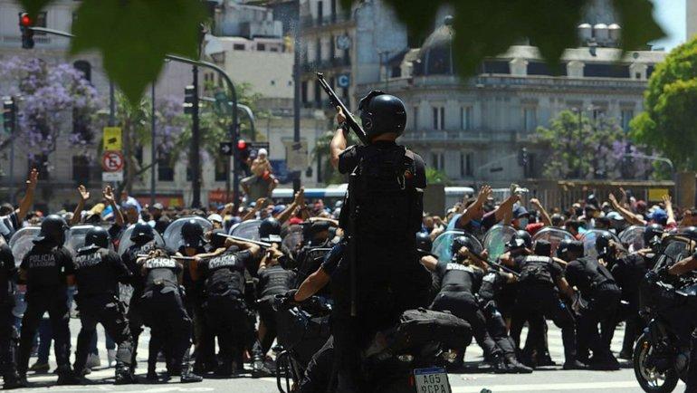 Столкновения людей иполиции вАргентине. Фото Twitter