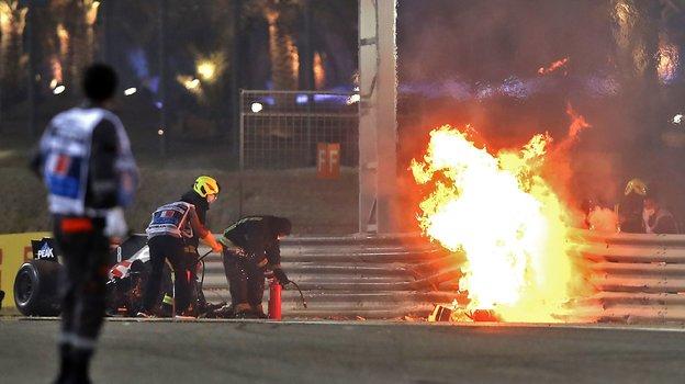 29ноября. Бахрейн. Болид Ромена Грожана полыхает натрассе. Фото Reuters