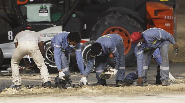 29ноября. Бахрейн. Технический персонал убирает трассу. Фото Reuters