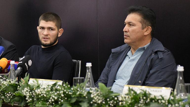 Хабиб Нурмагомедов (слева) на пресс-конференции в Ташкенте. Фото Sputnik Узбекистан.