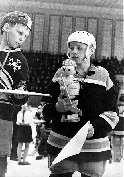 В1973 году команда «Снежинка», закоторую выступал юный Игорь Ларионов (слева), победила натурнире «Золотая шайба». Фото Фото изархива Игоря Ларионова