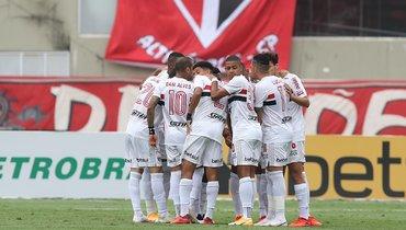 «Сан-Паулу» уходит вотрыв. УДани Алвеса голевой пас, уЛусиану— титул игрока месяца
