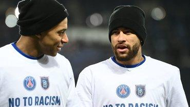 Футболисты «ПСЖ» и «Истанбула» преклонили колено вобщем круге перед матчем