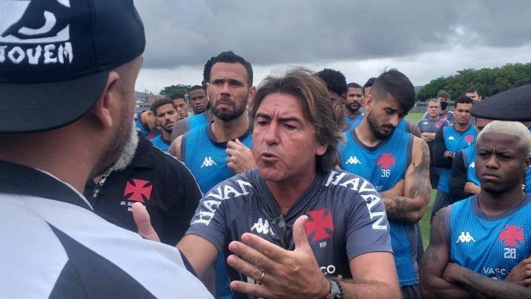 Рикарду СаПинту общается сболельщиками. Фото Globo Esporte.