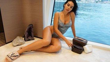 Невеста Роналду показала фото вкрасном белье рядом селкой. Криштиану оценил