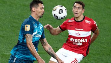Защитник «Зенита» Деян Ловрен (слева) инападающий «Спартака» Эсекиэль Понсе.