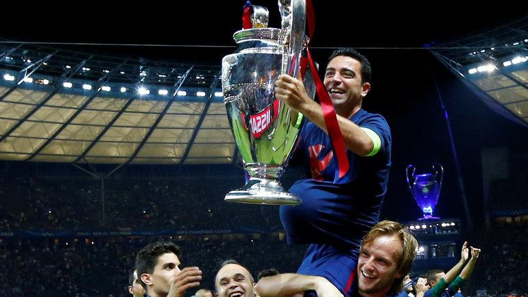 Хави празднует спартнерами победу вЛиге чемпионов вовремя выступления за «Барселону». Фото Reuters