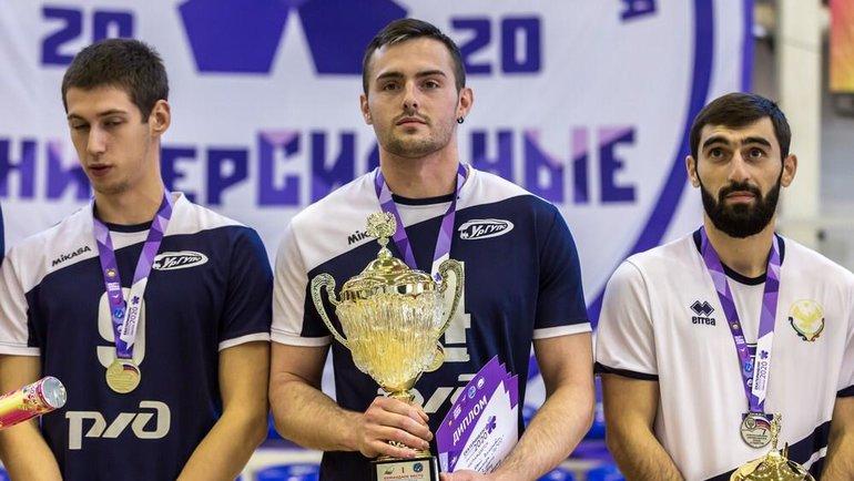 Евгений Симаков (вцентре).