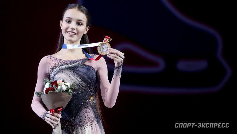 27декабря. Челябинск. Церемония награждения. Анна Щербакова, завоевавшая золотую медаль вженском одиночном катании.