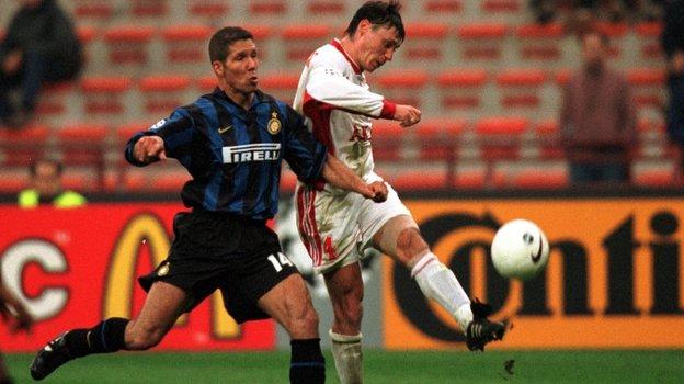 1998 год. Илья Цымбаларь (справа) вматче против «Интера». Фото Александр Вильф