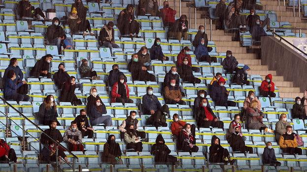9октября. Химки. Болельщики сидят вшахматном порядке наматче молодежных команд России иЭстонии. Фото Александр Федоров, «СЭ» / Canon EOS-1D X Mark II